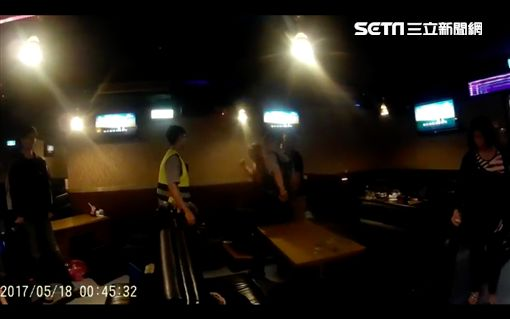 朋友唱歌沒人幫他鼓掌,狂男怒翻隔桌還打警察。(圖/翻攝畫面)