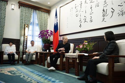 總統蔡英文接見吳季剛及家人。(總統府提供)