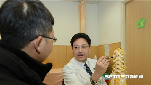 龔煥文提醒,發生脊椎損傷,千萬不能隨意移動傷者,否則可能造成更嚴重的二次傷害。(圖/台北慈濟醫院提供)