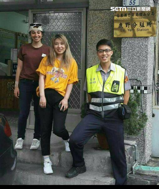 希妮與伊蘭娜兩名外籍女遊客,日前走進派出所詢問何處可兌換日幣,戴姓警員不但代為詢問,還自掏腰包幫忙買火車票(翻攝畫面)