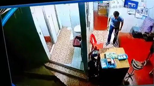男拒付8塊清潔費,當場痛毆10歲童,泰國,普吉島
