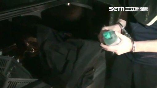 楊男隱身於西門町公寓內販毒,專案小組獲報前往查緝,當場搜出大批毒品,他卻辯稱是自己吸食(翻攝畫面)
