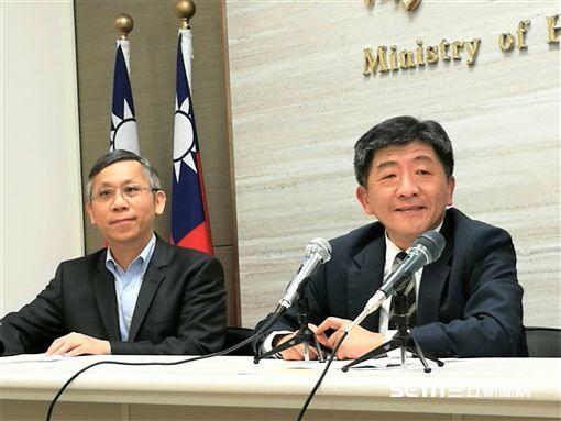 衛福部長陳時中(右)今(18)天傍晚親自召開WHA行前說明記者會。(圖/記者楊晴雯攝)
