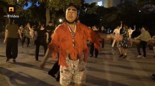 中國,大陸,河南,洛陽,大叔,李海洋,網襪,絲襪,逛街,眉毛,服裝,廣場,大媽,尬舞,可愛,打扮-翻攝自梨視頻