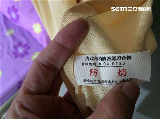 警消在現場查獲假冒的防火窗簾。(圖/新北市消防局提供)