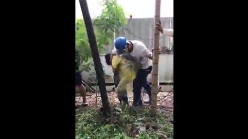 護樹志工與大巨蛋工人起衝突(圖/翻攝自松菸護樹臉書)