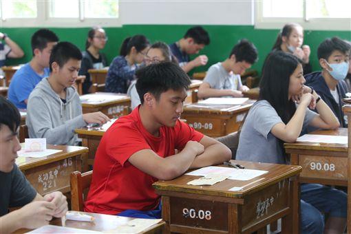 106年國中會考20日登場,在台北市成功高中考場應考的考生,8時20分就定位,準備開始社會科的考試。(圖/中央社)