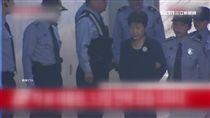 朴瑾惠出庭受審 未穿囚服女警戒護