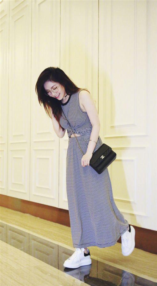 鄧紫棋曬裙裝照 遭網友抓包P出來的圖/翻攝自微博
