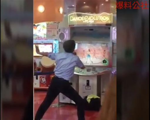 影/反差萌!大叔如許玩跳舞機 網友:看得我壓力都沒惹圖/翻攝自爆料公社 YouTubehttps://www.youtube.com/watch?v=yLjZ9-fQ_ww