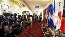 媒體等候移巴拿馬國旗大批媒體人員13日聚集外交部,在我國也宣布與巴拿馬 斷交後,在外國國旗展示區等候拍攝工作人員將巴拿馬國旗(右2)移除。(中央社)