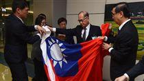 巴拿馬斷交 大使哽咽帶回國旗(2) 駐巴拿馬大使曹立傑(右1)17日返台,帶回在巴國所降下的中華民國國旗,並交給外交部長李大維(右2)。 中央社記者邱俊欽桃園機場攝  106年6月17日