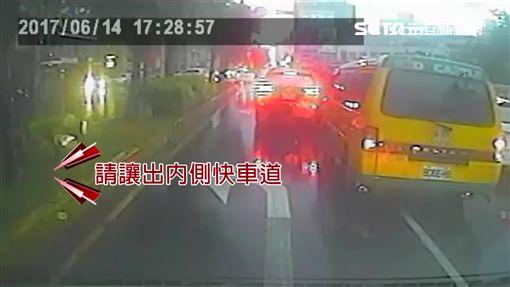 """救護車受困車陣 熱血哥""""淋雨敲窗""""幫移車"""