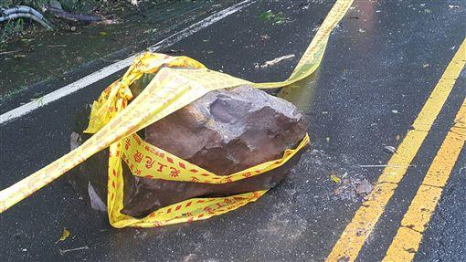 雨下不停⋯⋯小心天降大石!駕駛小心北投紗帽山土石鬆軟。(圖/翻攝畫面)