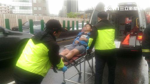 救護人員將葉男送醫。(圖/翻攝畫面)