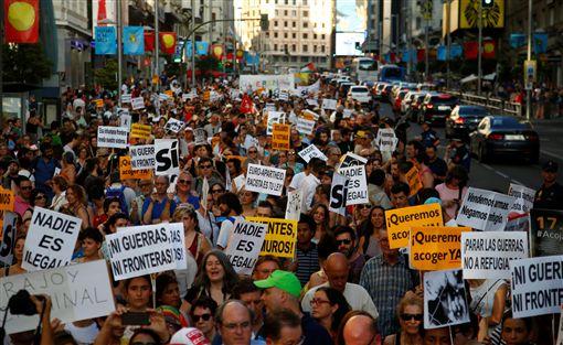 西班牙數以千計民眾今天走上馬德里街頭,要求政府信守承諾,收容1萬7000多名難民,作為歐洲重新安置難民的計畫一環。(圖/路透社/達志影像)