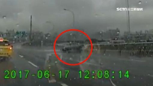 嚇! 轎車雨天漂移 失控逆向險衝下高架