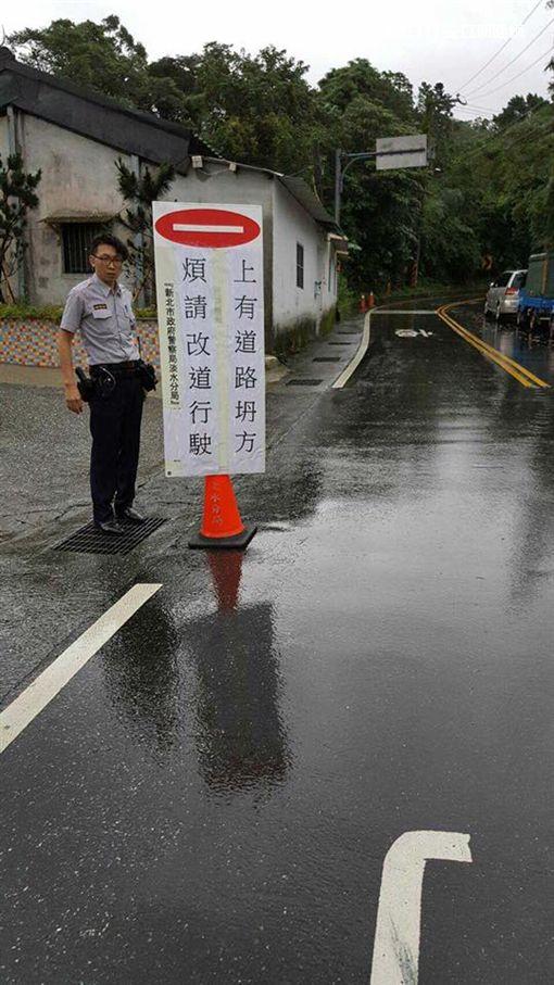 警方在路口處設立告示牌,呼籲用路人改道行駛。(圖/翻攝畫面)
