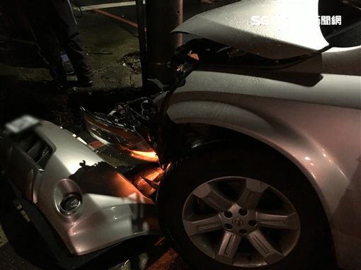 郭男酒後自撞電線桿釀車頭全毀。(圖/翻攝畫面)