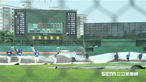 新莊棒球場比賽因雨暫停。(圖/記者王怡翔攝)
