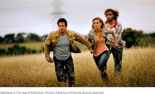 馬克華柏格在片中為保護女兒,展現硬漢老爸形象。(圖/翻攝自news.com.au)