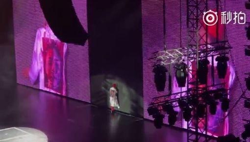 GD被關在舞台上,反應慌張。(圖/翻攝自微博)