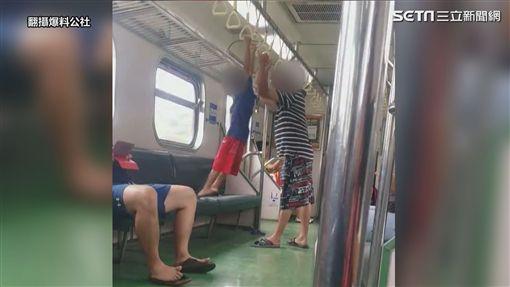 扯!小孩車廂「吊單槓」 大人不制止竟幫忙