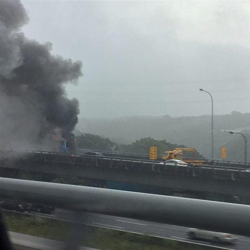 遊覽車國道遭火煙吞噬,司機逃出無人傷亡。(圖/翻攝網路)