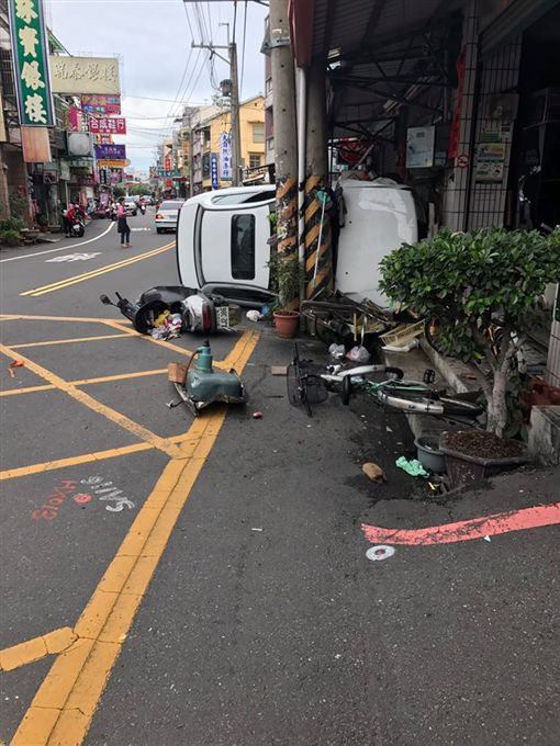 轎車撞倒7機車還側翻_爆料公社