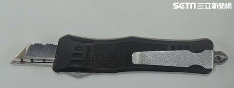 警方在2名陳男口袋中搜出黑色、迷彩彈簧刀。(圖/翻攝畫面)