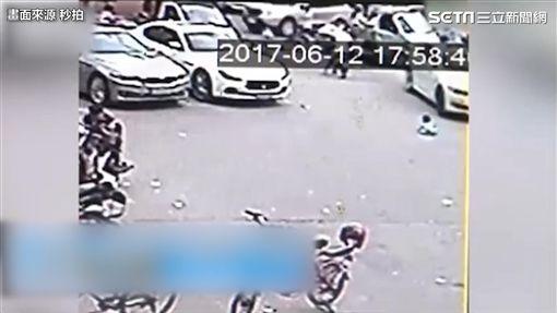 遭母訓斥留路邊 兩歲童被車輾過。(圖/翻攝自秒拍)