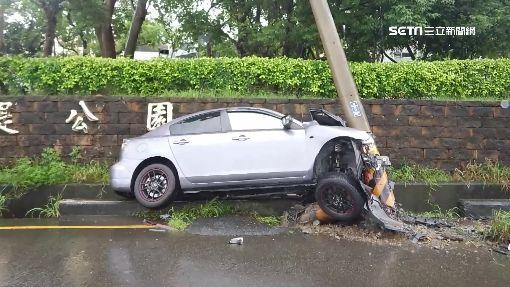 命大!轎車失控撞電桿 車頭全毀駕駛僅擦傷