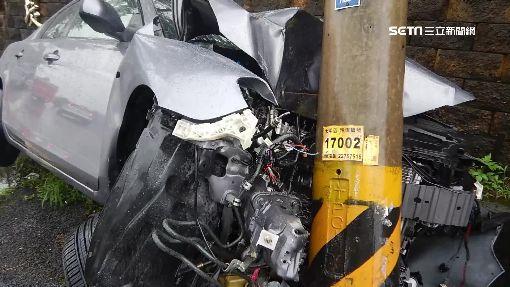 轎車失控撞電桿車頭稀巴爛 駕駛命大僅擦傷