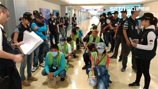 王嫌與39名嫌犯在埃及設立詐騙機房遭逮,埃及政府逼迫嫌犯必須繳清罰金才能離境,今天第二批嫌犯繳清罰金後返回台灣(翻攝畫面)