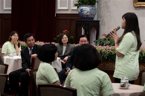 蔡英文總統接見「106年青年海外和平工作團」。(總統府提供)