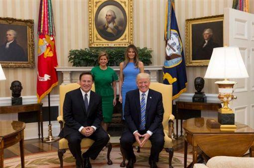 美國總統川普19日(當地時間)在白宮接待巴拿馬總統瓦雷拉,在聊到巴拿馬運河時,川普似乎想藉美國興建運河邀功,卻被瓦雷拉吐槽而有點尷尬,引起美國網友熱議。圖/川普推特