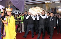 「綜藝天王」豬哥亮20日舉辦告別式,長子謝順福、謝金晶、小兒子謝佑穎等出席送別父親。(記者邱榮吉/攝影)