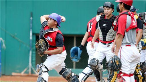 義守大學棒球隊第一屆成員凃佳鴻與隊友林勝傑皆獲球團推薦。(圖/中職提供)