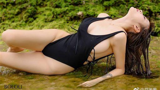 中國大陸實況主「夏美醬」外型甜美,「超兇」F罩杯爆乳搭修長美腿。(圖/翻攝自夏美醬微博)