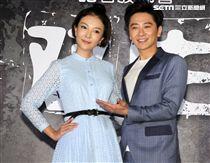 電影「双生」男女主角孫耀威、童冰玉、還有台灣國寶級演員陳淑芳,一起出席記者會。(記者邱榮吉/攝影)