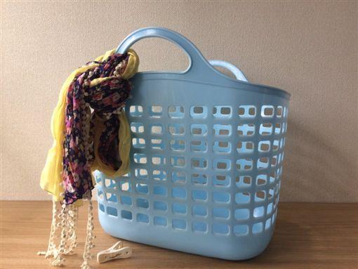 HEREU新包款「Colmado bag」驚呆台日,日網友KUSO洗衣籃加個絲巾就很潮。(圖/翻攝自推特)