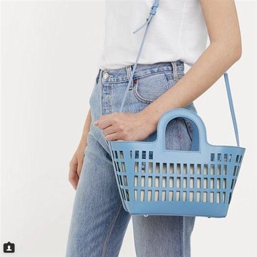 西班牙時尚品牌「HEREU」推出新包款「Colmado bag」,被戲稱「洗衣籃包」。(圖/翻攝自HEREU IG)