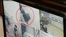 嫌犯搭乘電梯離開時身影畫面曝光,剛好與荷槍實彈的員警錯過。(圖/轉載自監視器畫面)