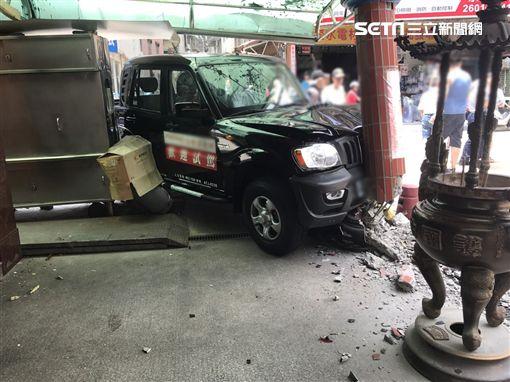 陳男疑似爆衝失控撞上一輛轎車再撞進宮廟導致樑柱斷裂。(圖/翻攝畫面)