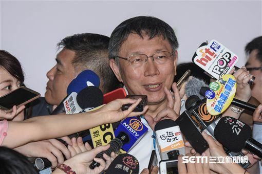 台北世大運聖火返台駐火儀式,陳詩欣領跑將聖火傳遞給台北市長柯文哲 圖/記者林敬旻攝