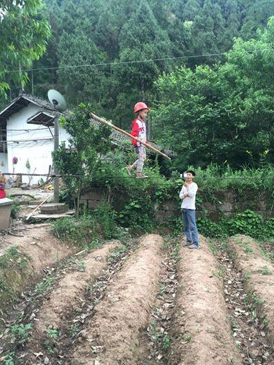 四川6歲童望望走鋼索、鋼絲、灌酒(圖/翻攝自《中國青年報》)