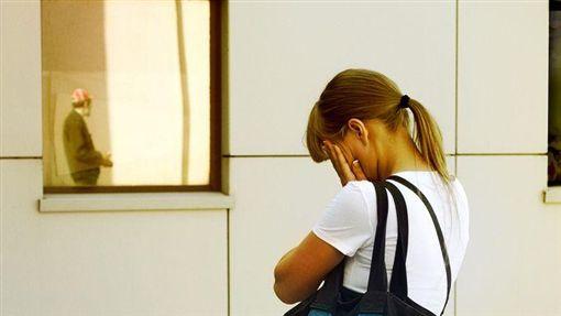 難過,憂鬱,沮喪,頭痛,學生,感冒,頭暈(圖/Flikr CC授權/原作者Alexander Lyubavin/網址http://bit.ly/2gdP3vq)