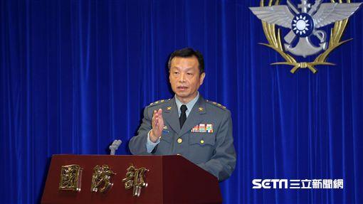 國防部代理發言人陳中吉上校,首次主持例行記者會。(記者邱榮吉/攝影)