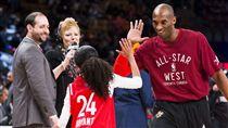 Kobe Bryant和女兒擊掌(ap)