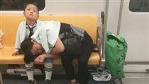 大陸江蘇暖男讓媽媽睡腿上 給她拍拍還貼心報站(圖/翻攝微博)